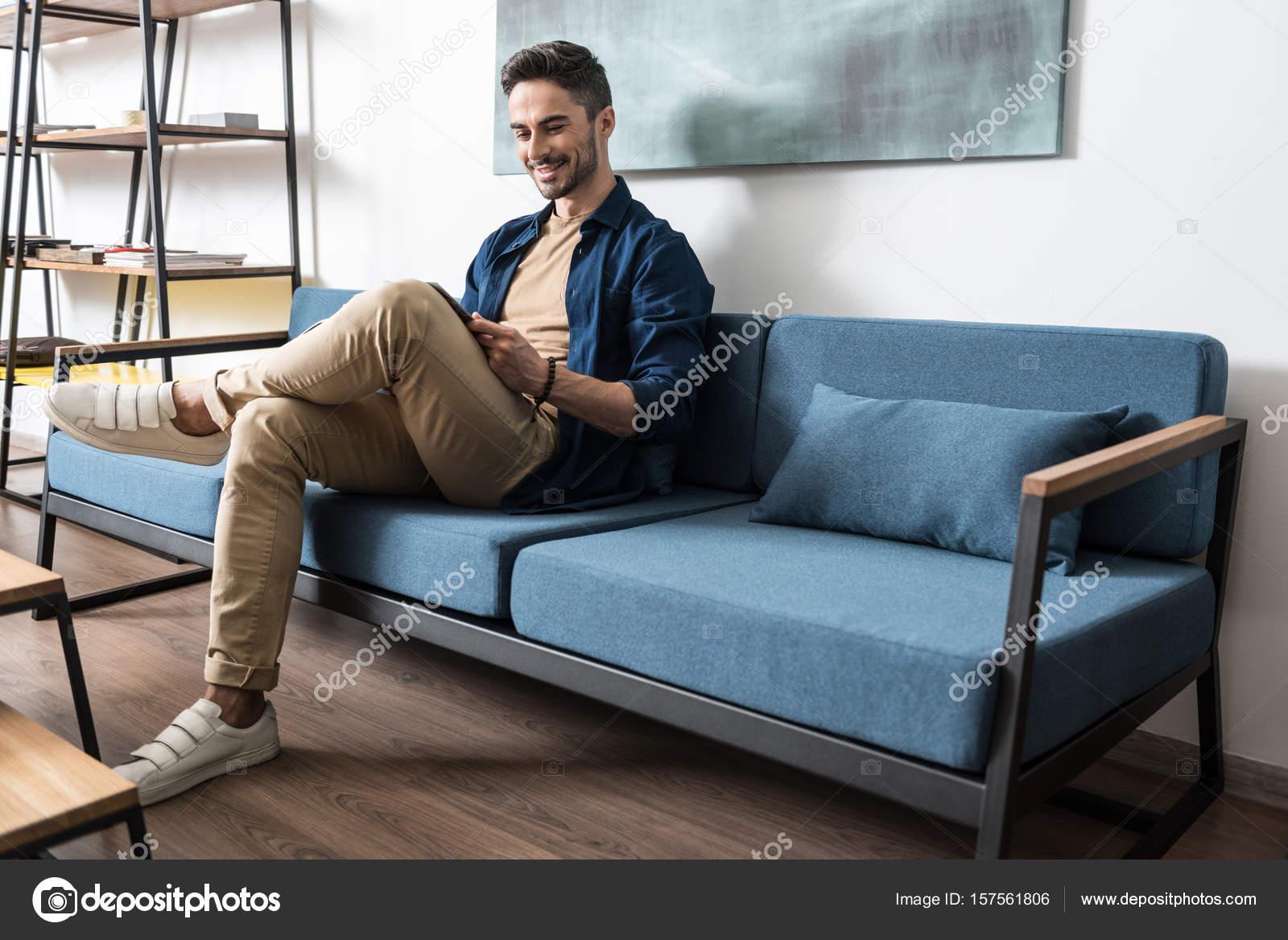 Fröhliche Junge Kerl Mit Bart Entspannen Im Wohnzimmer Stockfoto