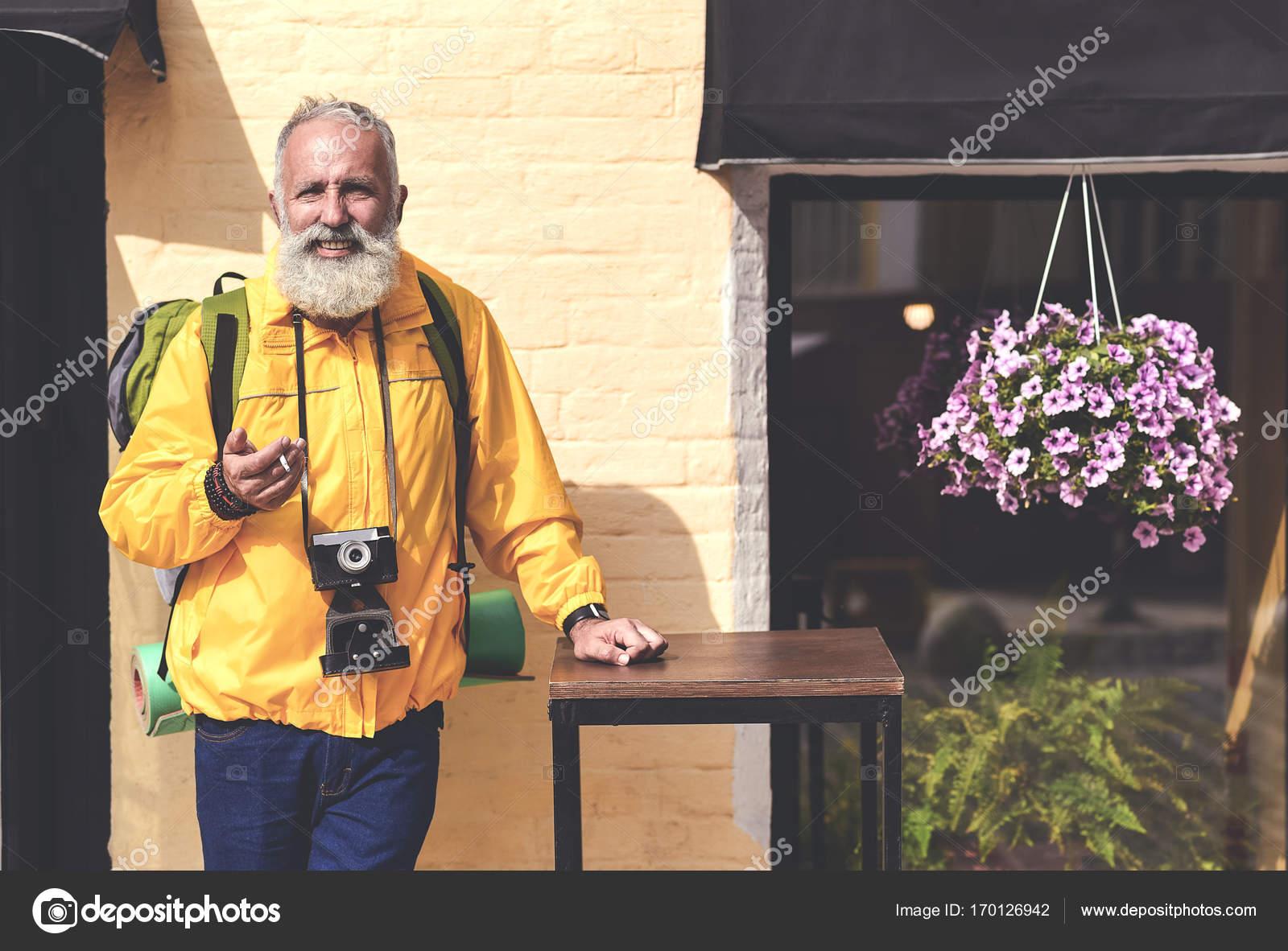 Resultado de imagem para velho e feliz viajante