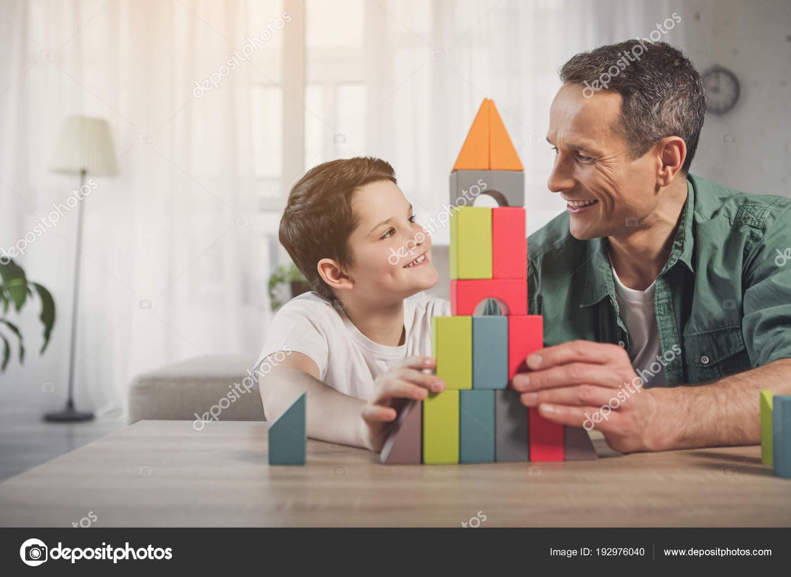 0c54a830b Vidám apa és a gyerek élvezi játék, otthon — Stock Fotó ...