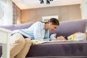Boldog anya és a baba játszik kanapén otthon