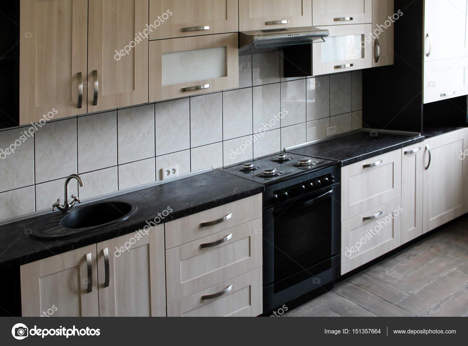 Küche Mit Schwarzen Arbeitsplatte Aus Holz. Interior Design U2014 Stockfoto