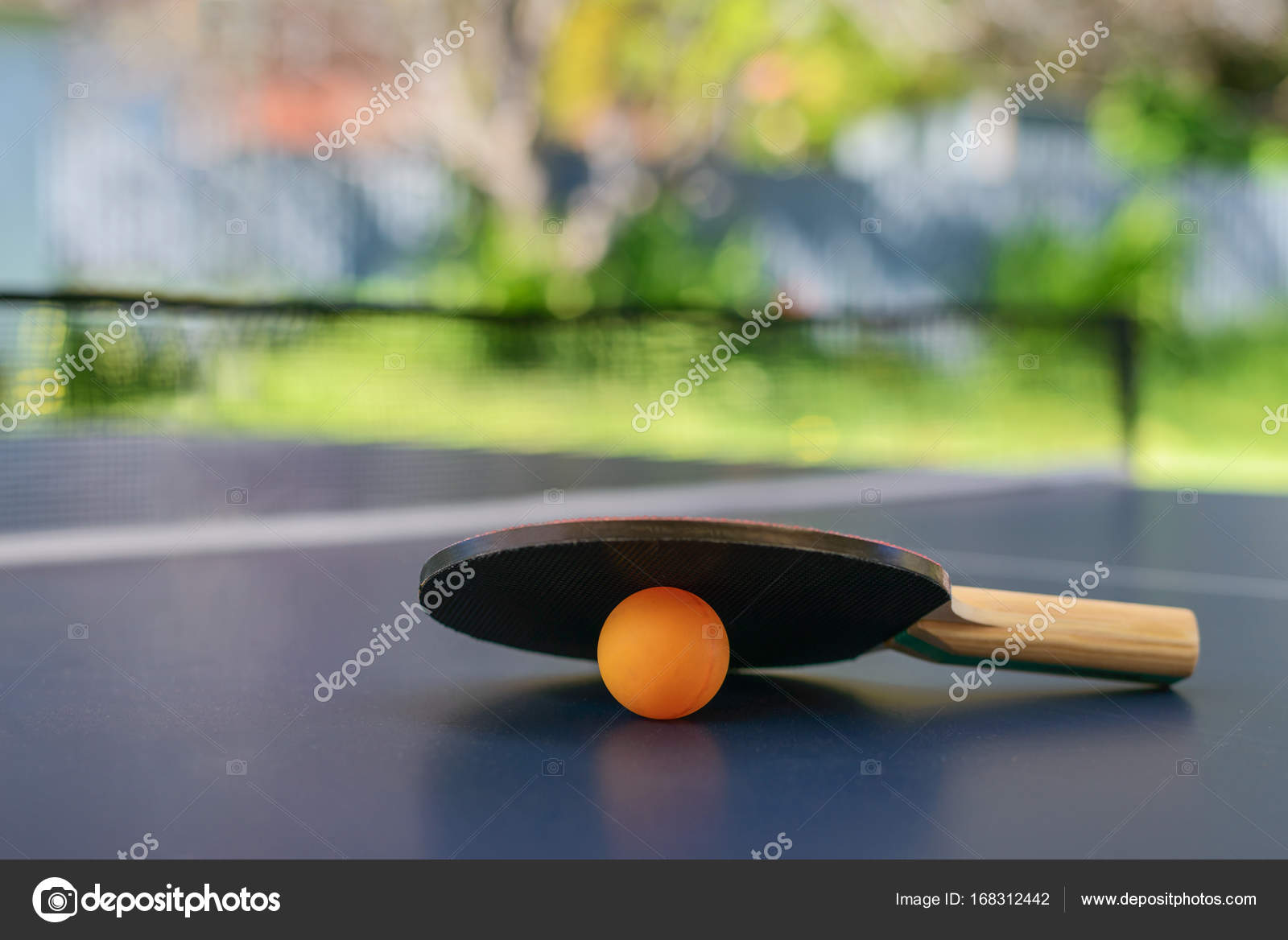 Table De Ping Pong Avec Raquettes Et Orange Ball Sur L
