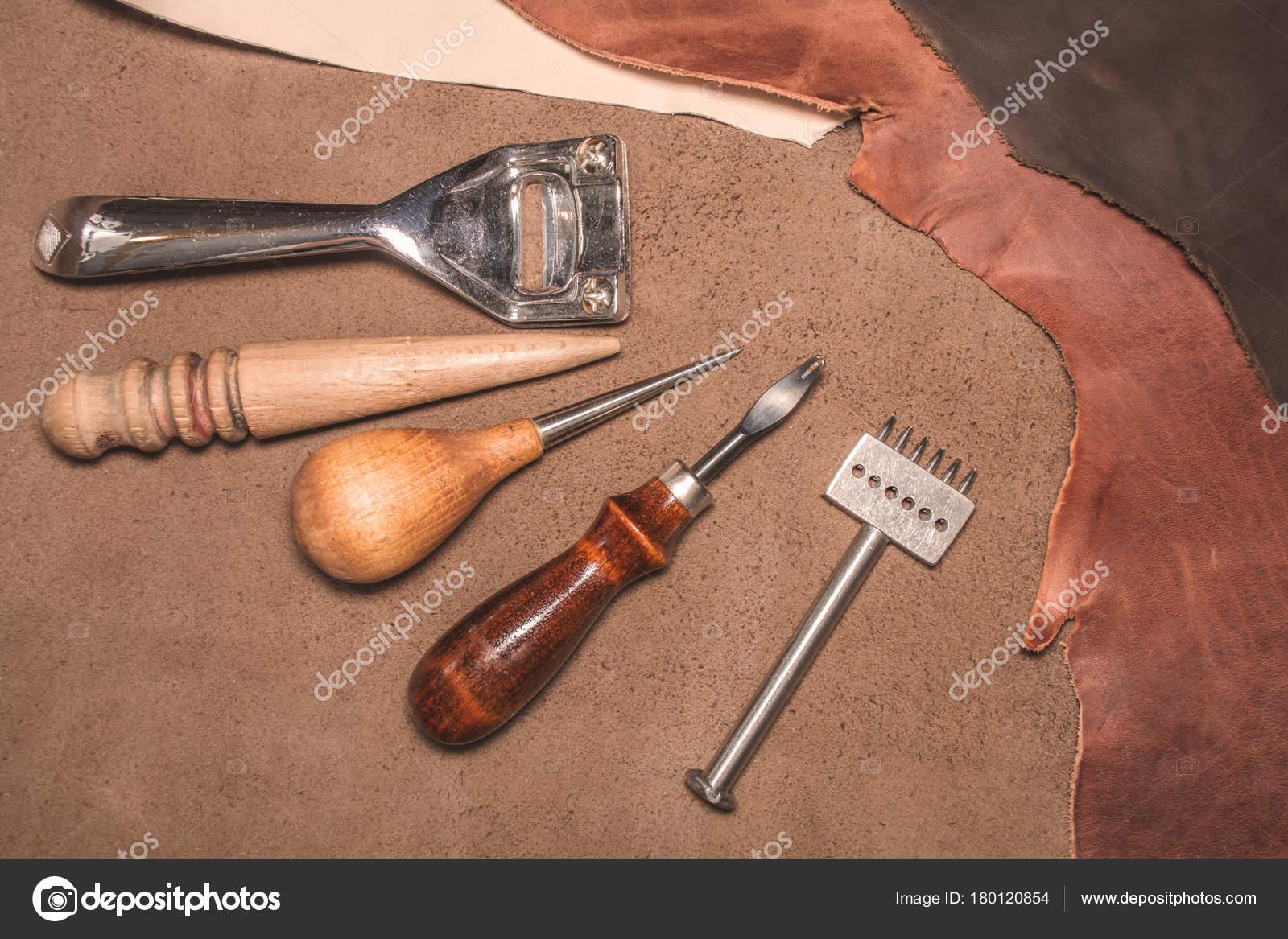 Κατασκευή δερμάτινων ειδών. Υλικά και εργαλεία για την παραγωγή δέρματος–  εικόνα αρχείου 58dc20a0ef0
