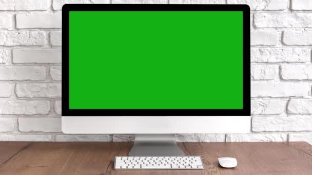 Vyhonit zelenou obrazovku počítače desktop s klávesnicí a myší na dřevěném stole. Koncept pracovního místa s klíčem chroma.