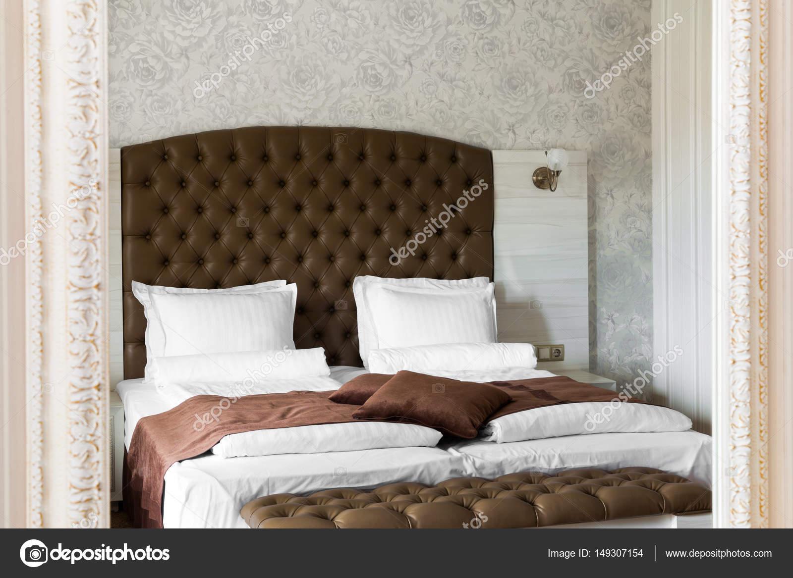 luxe slaapkamer interieur weerspiegeld in een spiegel stockfoto