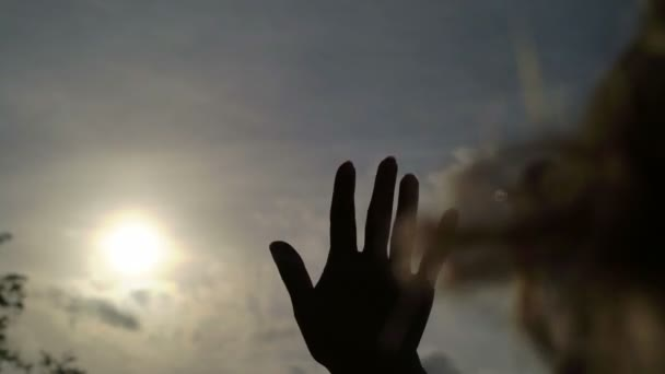 Žena chytání slunce ručně