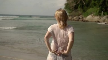 Fiatal szexi nő vetkőzni a strandon