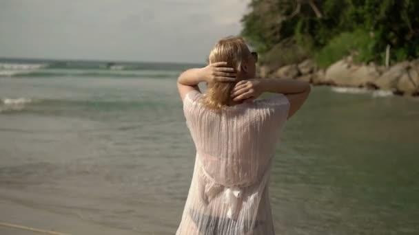 Mladá sexy žena svlékají na pláži
