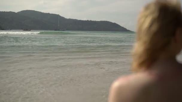 Fiatal szexi nő, napozásra, tengeri