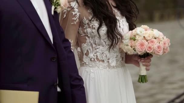 menyasszony és vőlegény az esküvői ceremónián