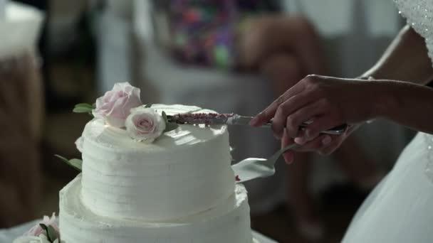 nevěsta a ženich řezání svatební dort