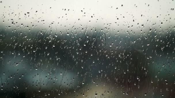 dešťové kapky na sklo