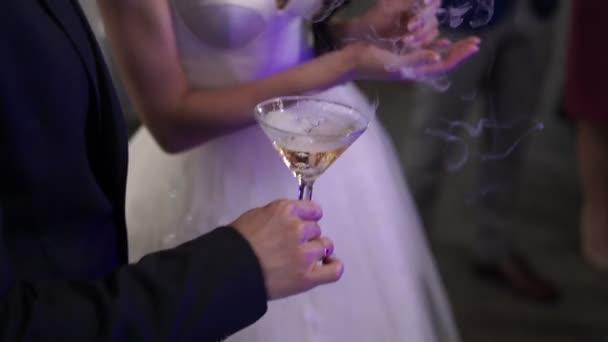 Champagner in den Händen von Braut und Bräutigam