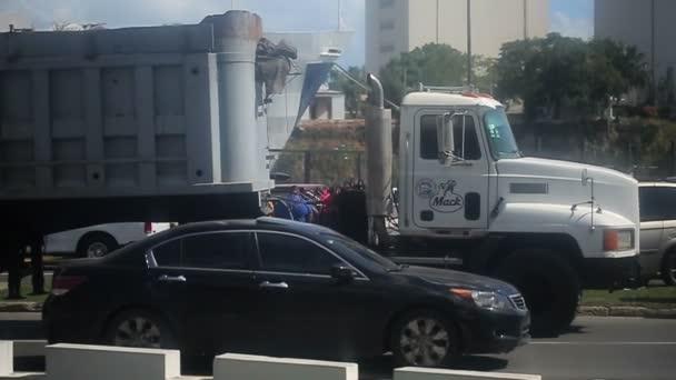 Kamion Mack ve městě Santo Domingo, Dominikánská republika, 20. prosinec 2012: