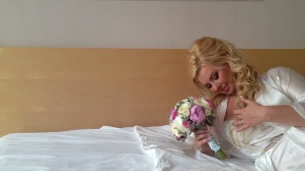 Krásná mladá blondýnka na posteli na prádlo