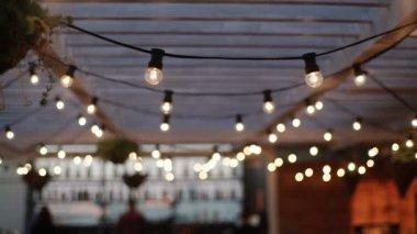 Vide Lampen Outlet : Lampe kranz auf dach u stockvideo lponline