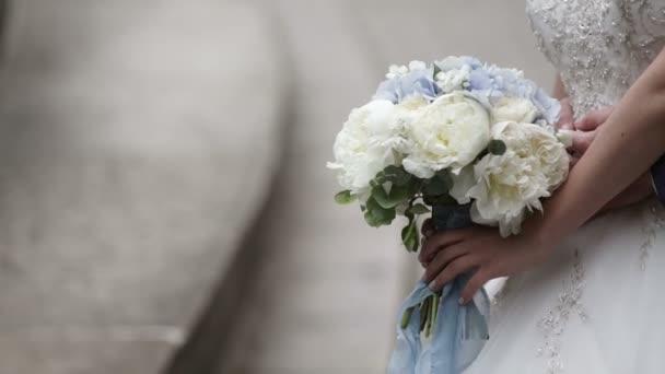 Mladé krásné svatební pár všeobjímající Reklamní fotografie
