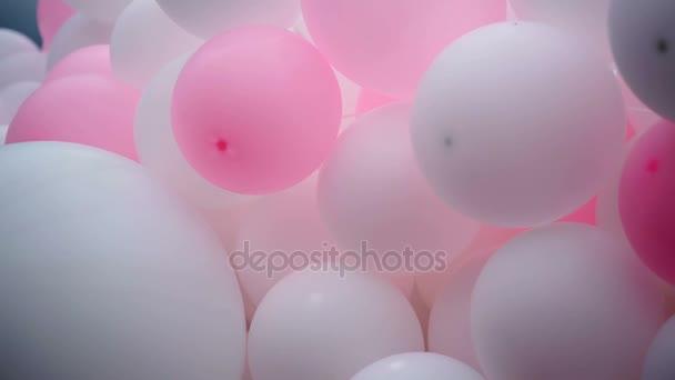 růžové a bílé balónky