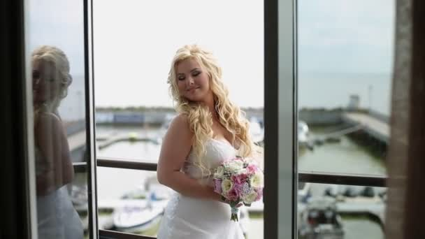 Mladá křivky žena ve spodním prádle s kyticí na balkóně
