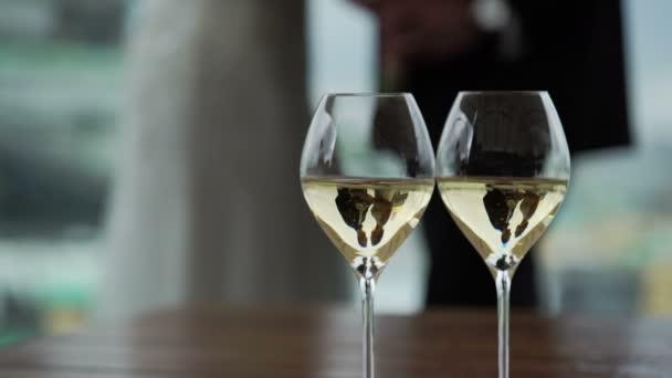 zwei Gläser mit Champagner - Hochzeitspaar in Gedanken