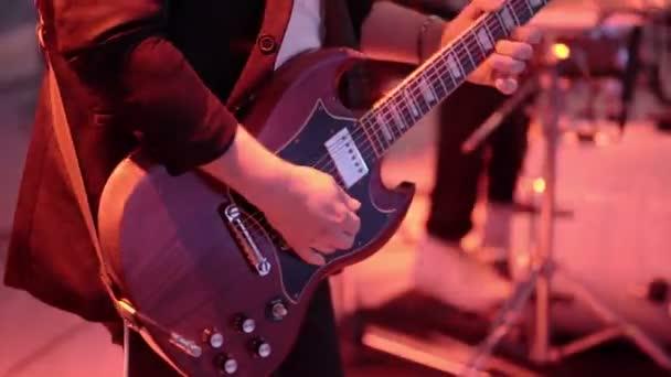 Člověk hrát na kytaru na koncertě