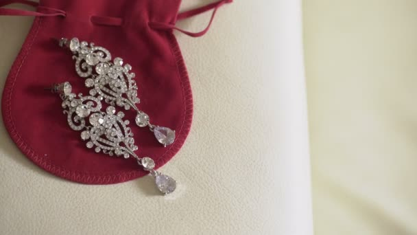 Krásné náušnice na červená taška