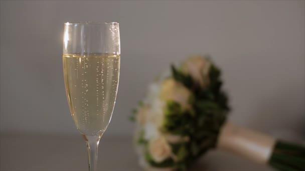 Snubní prsteny klesá na sklenku šampaňského