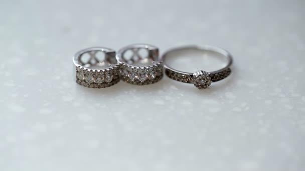 Zlatý prsten a náušnice s diamanty