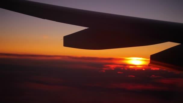 křídlo letadla za letu