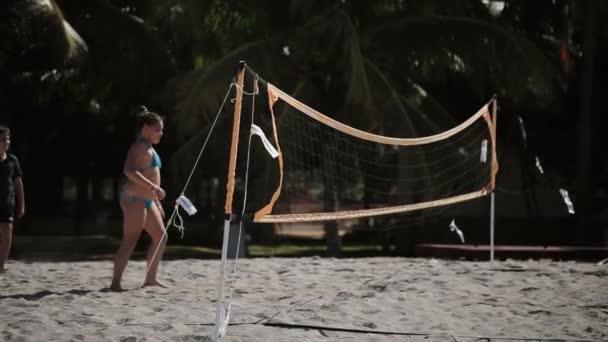 Varadero, Kuba – 23. prosince 2011: Děti hrají plážový volejbal