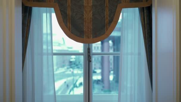 Okno v pokoji s výhledem na město zimní