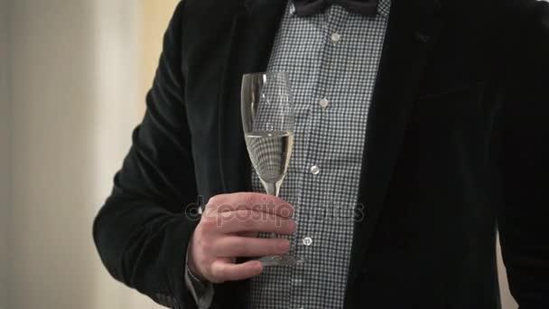 Mann mit einem Glas Champagner