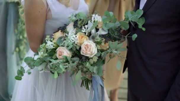 Braut und Bräutigam auf Hochzeitszeremonie mit Blumenstrauß