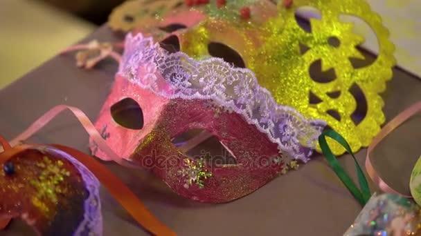 Masky na stole