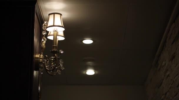 Nástěnná lampa v interiéru