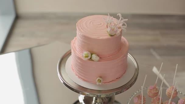 Růžový sladkosti na desce
