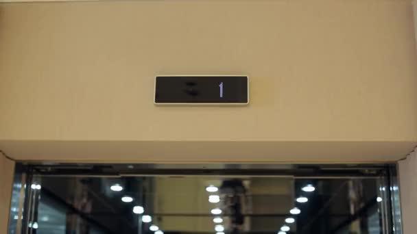 Dveře výtahu se otvírají a zavírají