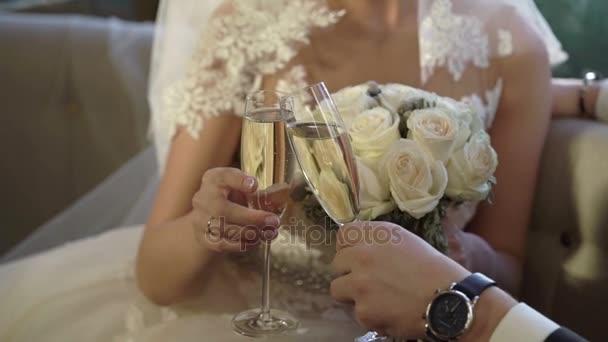 Braut und Bräutigam klirren Gläser mit Champagner