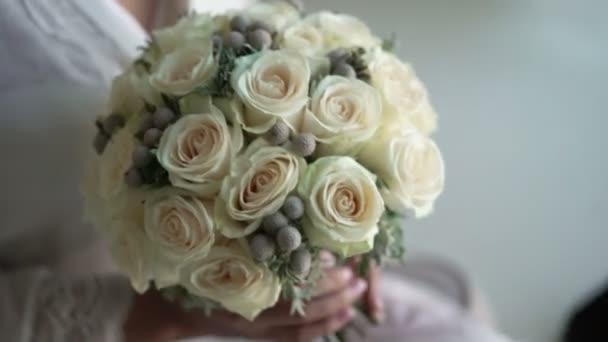 Mladá žena k nepoznání s svatební kytice