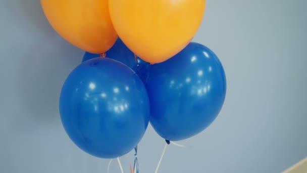 Kék, fehér és narancssárga léggömbök