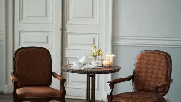 Konvice a hrnky na stůl