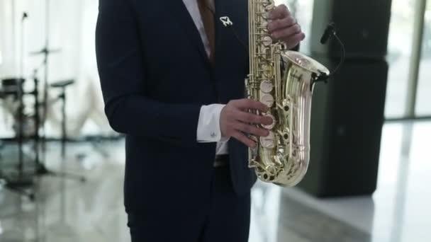 Szaxofonos a színpadon