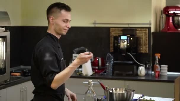 Szakács, főzés a konyhában