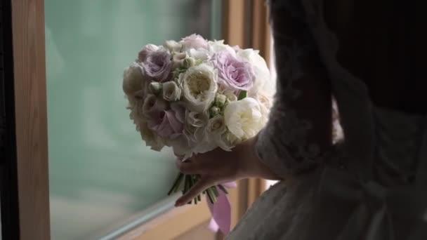 Menyasszony, menyasszonyi ruha közelében erkély