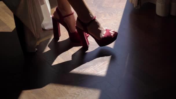 Žena nohy v červené boty