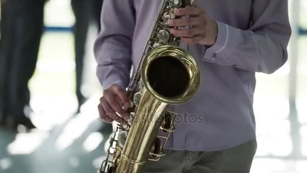 Szaxofonos, zenélés
