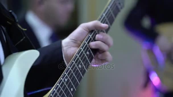A zenekar gitárosa