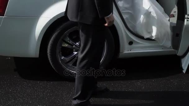 Menyasszony kiszáll az autóból