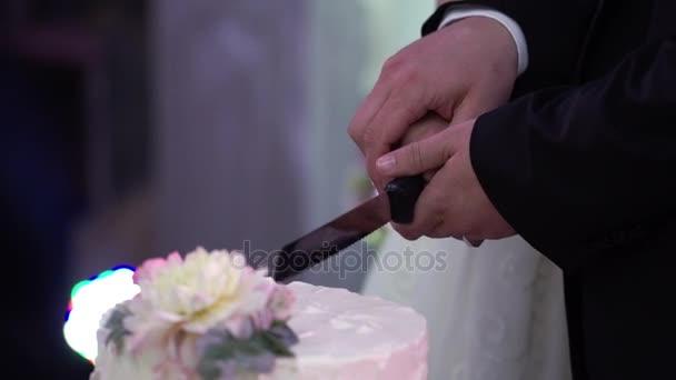 Nevěsta a ženich řezaného kusu svatební dort