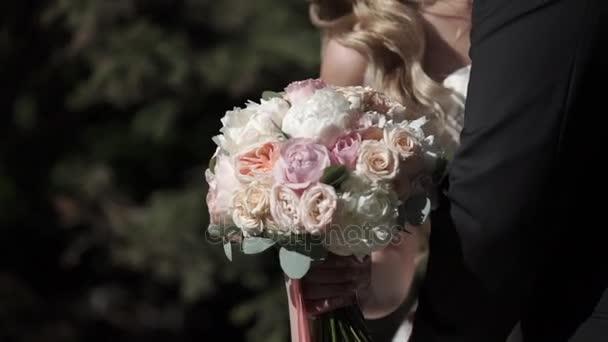 nevěsta a ženich objímání